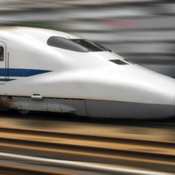 shinkansen-bullet-train-speeding-through-a-railway-station-in-tokyo-japan_t20_G06R6o